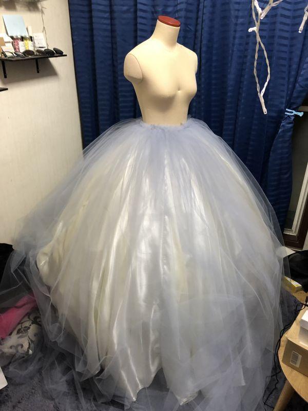 ボールガウン型のドレスをチュールで